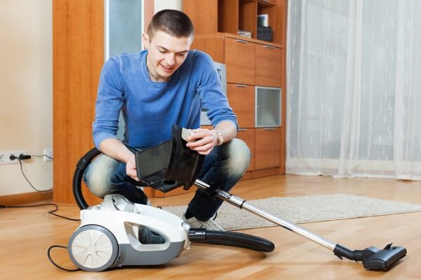 clean the roller of a vacuum cleaner